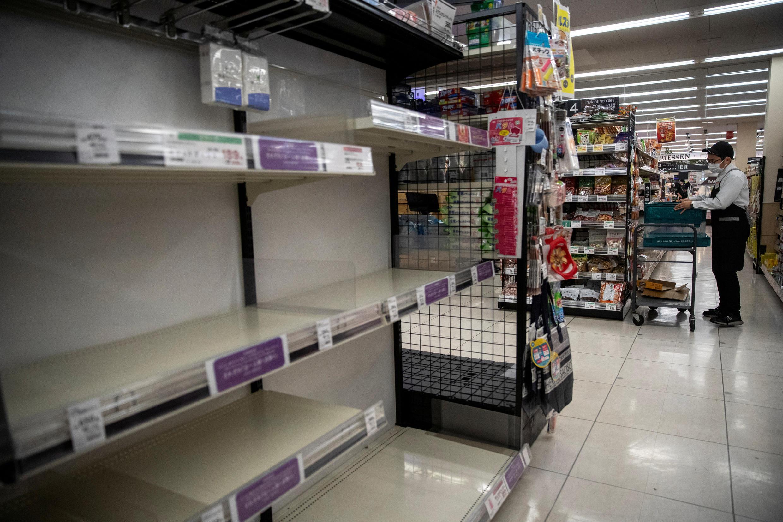 Dans ce supermarché de Tokyo, les étagères de papier hygiéniques sont complètement vides.