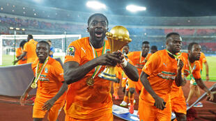 Kolo Touré soulève le trophée cette Coupe d'Afrique des nations 2015 après le succès de son équipe en finale face au Ghana.