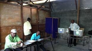 Dans ce bureau de vote d'un quartier du sud de la capitale comorienne Moroni, les assesseurs attendent les premiers électeurs, le 10 avril 2016.