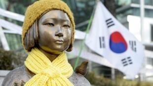 """Hàn Quốc : Bức tượng tượng trưng cho """"Phụ nữ giải sầu"""" thời Thế chiến II, trước đại sứ quán Nhật tại Seoul. Ảnh chụp ngày 28/12/2015."""