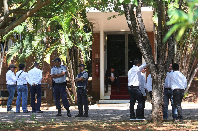 Những người ủng hộ lãnh đạo đối lập Juan Guaido tràn vào bên trong sứ quán Venezuela ở Brasilia, Brazil, ngày 13/11/2019.