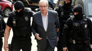 Cựu phát ngôn viên Hạ Viện Brazil, ông Eduardo Cunha, bị cảnh sát áp giải trong khuôn khổ cuộc điều tra tham nhũng, ngày 20/10/2016.