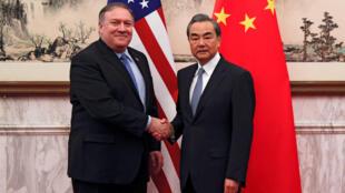 Poignée de mains «tiède» entre le sécretaire d'Etat américain et le ministre chinois des Affaires étrangères. Le 8 octobre 2018 à Pékin.