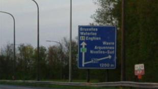 Une vue de l'autoroute de Wallonie (A7- E19), avec ses poteaux électriques en Belgique.