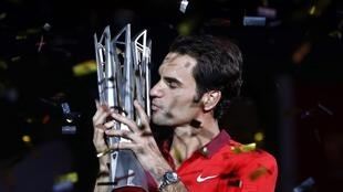 RRoger Federer beija o troféu conquistado neste domingo (12) no Masters 1000 de Xangai.