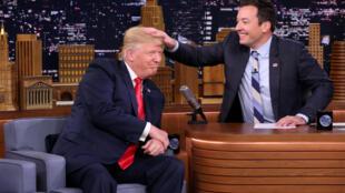 Jimmy Fallon, du «Tonight Show» de NBC, passant sa main de les cheveux du «Donald» pour vérifier s'ils sont vrais, le 15 septembre 2016 à New York.