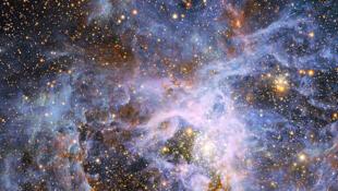 La nébuleuse de la tarentule, dans le grand nuage Grand Nuage de Magellan à 160 000 années lumière de la Terre.