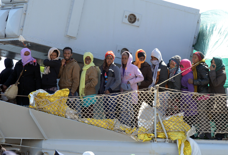 Imigrantes chegam à Sicília depois de terem sido resgatados pela guarda costeira italiana
