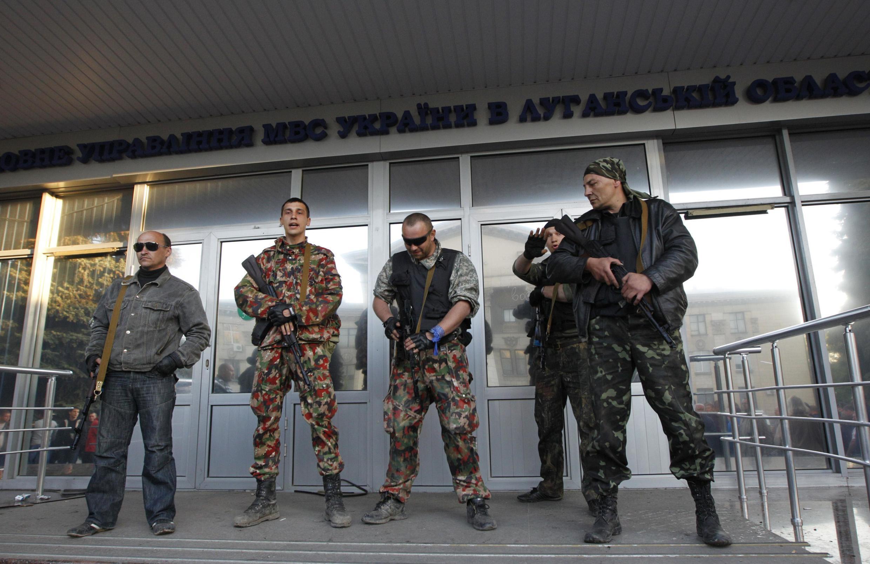 Вооружённые пророссийские активисты в Луганске