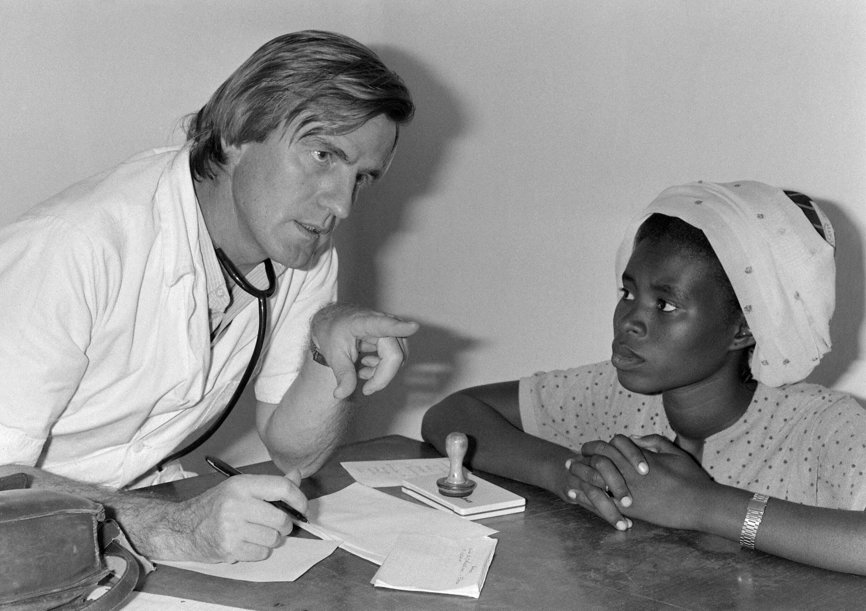 Бернар Кушнер в госпитале MSF в Нджамене (Чад). 02.12.1981
