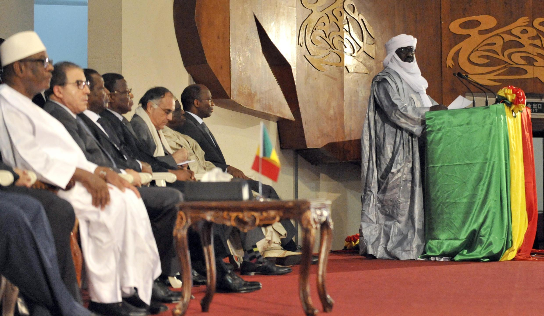 La président malien Ibrahim Boubacar Keïta (en blanc à gauche) écoute le discours de Mahamadou Djeri Maïga, vice-président de la Coordination des mouvements de l'Azawad, après la signature de l'accord de paix.