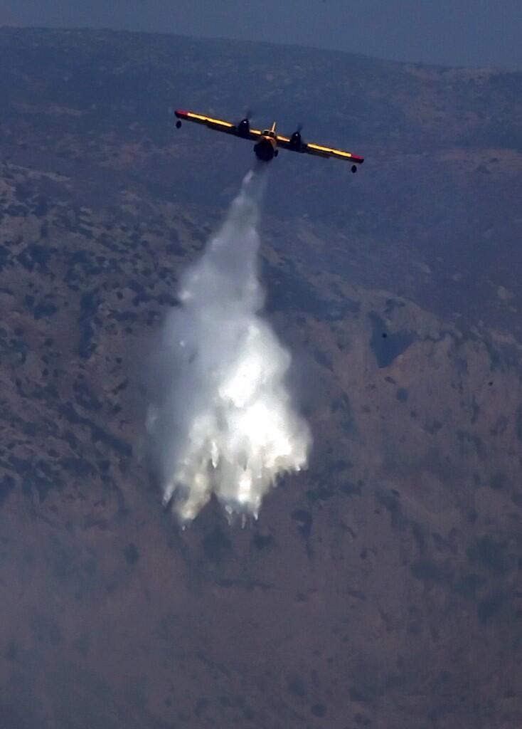 Um avião sobrevoa a ilha de Eubeia em um outro incêndio.