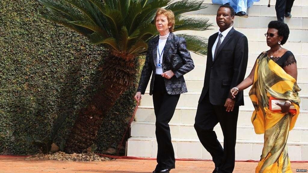 Rais wa zamani wa Ireland Mary Robinson (kushoto) na rais wa zamani wa Burundi Pierre Buyoya na mkewe Sophie Buyoya Kigali Aprili 7, 2014.