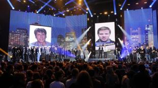 Concert de soutien  à Stéphane Taponier (poster géant G) et  Hervé Ghesquière (poster géant D) organisé au Zenith de Paris par France 3 et RFI, le 25 octobre 2010.