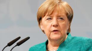 La chancelière Angela Merkel a promis lundi d'aider les villes allemandes les plus polluées afin d'éviter toute interdiction des voitures diesel.