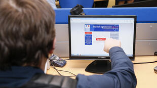 Un policier français montre le site de la plateforme Pharos contre la cybercriminalité le 19 Janvier 2015  à Nanterre, près de Paris.