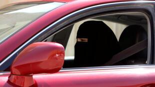 Une femme conduit une voiture à Riyad.