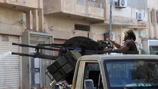 Un membre des forces pro-gouvernementales à Benghazi pendant les combats face aux islamistes, le 2 novembre.