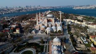 Đường phố Istanbul vắng vẻ khác thường ngày 11/04/2020 sau khi chính quyền Thổ Nhĩ Kỳ ban hành lệnh giới nghiêm hai ngày cuối tuần để ngăn chặn đà lây lan của virus corona.