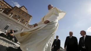 Le pape François arrive place Saint-Pierre à Rome, le 17 juin 2015, pour son audience générale.