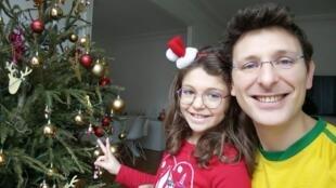 Gabriela e Julien Campocasso com a árvore de Natal. Eles fabricam os presentes com material reciclado.