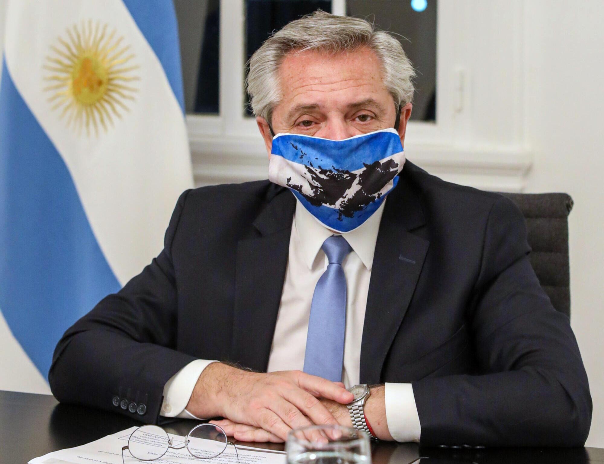 El presidente de Argentina, Alberto Fernández, con una mascarilla con el mapa de las islas Malvinas en su residencia en Olivos, Buenos Aires, el 10 de junio de 2020