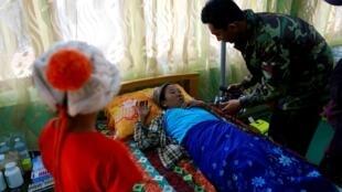 Bác sĩ quân y Miến Điện chăm sóc thường dân bị thương, gần Laukkai, vùng Kokang, 19/02/2015