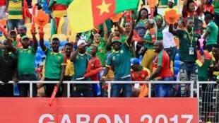 La joie des supporters camerounais lors de la finale, le 5 février 2017 à Libreville.