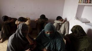 Trẻ em bị lạm dụng tình dục tại làng Husain Khan Wala, Punjab giấu mặt trước ống kính phóng viên, ngày 09/08/2015.