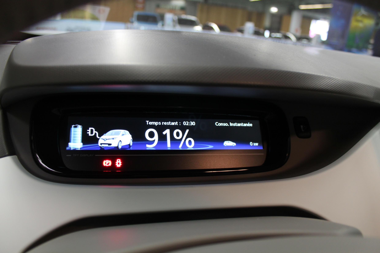 Le niveau de charge de la batterie sur une Renault Zoé au Mondial de l'Auto 2014.