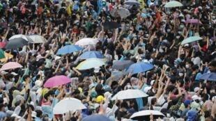 Dans les rues, les Thaïlandais adaptent la stratégie des Hongkongais et invitent la foule à se déplacer tout au long de l'après-midi pour éviter les affrontements avec les forces de l'ordre et les arrestations de leurs militants.