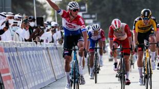 Le Néerlandais Mathieu van der Poel (g), vainqueur de la 1ère étape de l'UAE Tour à Al Mirfa, le 21 février 2021