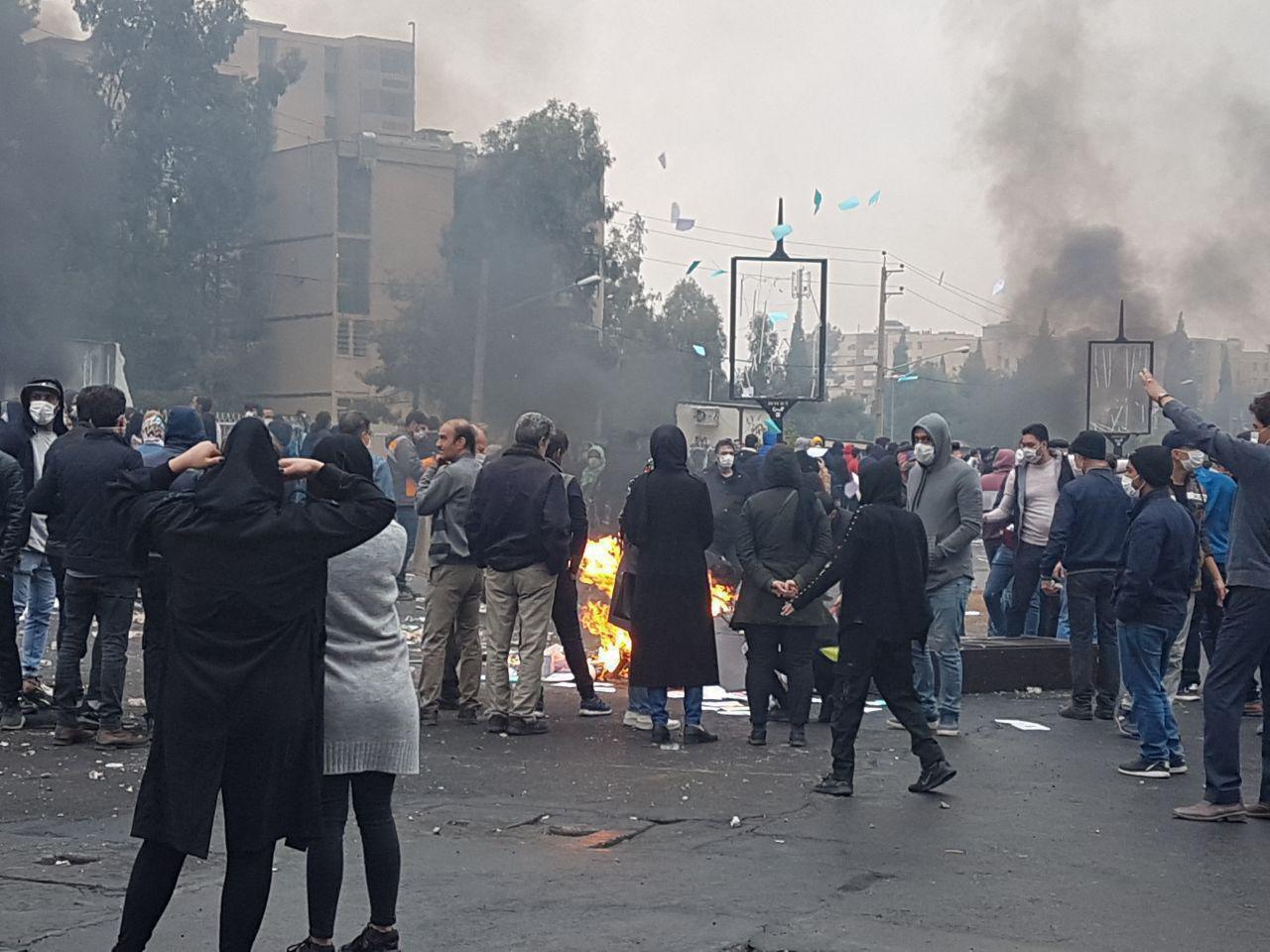 با آغاز تظاهرات و اعتراضات مردم ایران به افزایش قیمت بنزین، جمهوری اسلامی دسترسی به اینترنت را بسیار محدود ومختل کرده است.