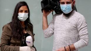 Des reporters d'une télévision libanaise couvrant la pandémie du coronavirus en mars 2020.