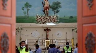Cảnh sát làm việc tại hiện trường vụ nổ nhà thờ Saint Sébastien ở Negombo, Sri Lanka. Ảnh chụp ngày 22/04/2019.