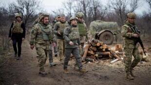 Le  président ukrainien Volodymyr Zelensky visite les positions des forces armées près de la ligne de front avec des séparatistes soutenus par la Russie dans la région du Donbass, en Ukraine, le 8 avril 2021.