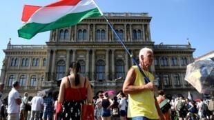 Des manifestants ont protesté devant l'Académie hongroise des sciences contre la mainmise du gouvernement sur l'institution.