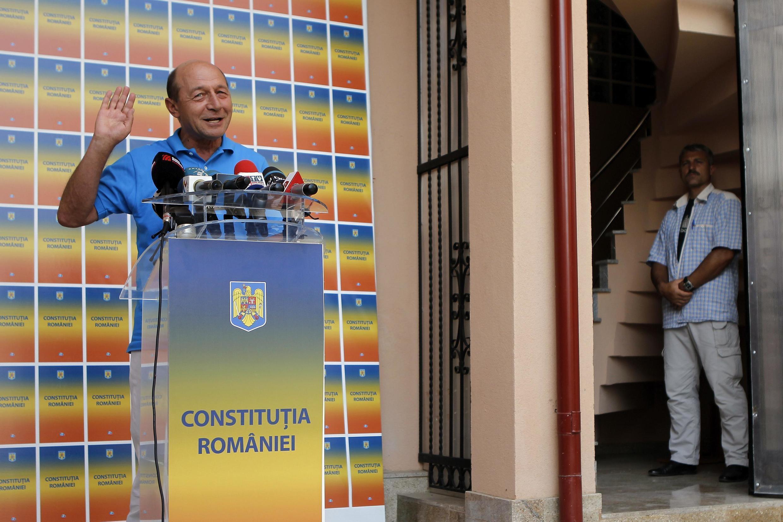 Le président roumain Traian Basescu s'adresse aux médias à Bucarest le 8 août 2012.
