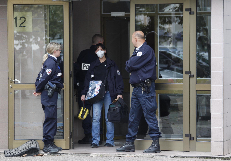 Cảnh sát thu thập tài liệu, vật chứng tại một khu nhà ở ngoại ô Strasbourg, Pháp, ngày 06/10/2012
