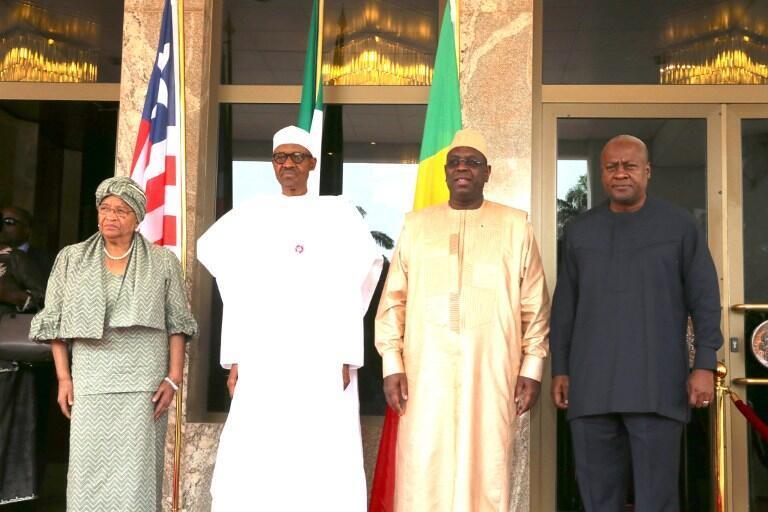 De gauche à droite: Ellen Johnson Sirleaf (Liberia), Muhammadu Buhari (Nigeria), Macky Sall (Sénégal), et John Mahama (Ghana) à Abuja, le 9 janvier 2017.