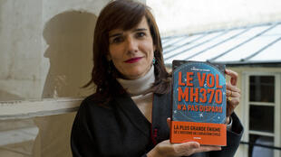 """Nhà báo Pháp Florence de Changy và cuốn sách """" chuyến bay MH370 không mất tích""""  ngày 10/03/2016 tại Paris."""