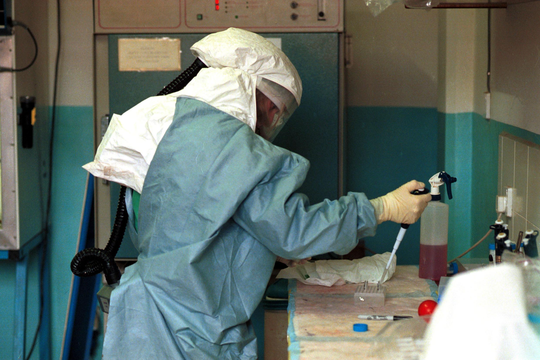 Un chercheur travaille sur le virus Ebola.