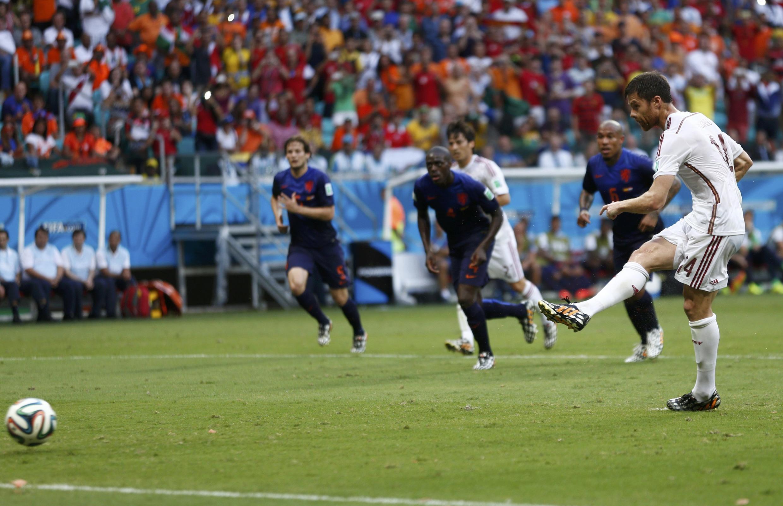Xabi Alonso wa Uhispania akifunga bao la kwanza la timu yake dhidi ya Uholanzi