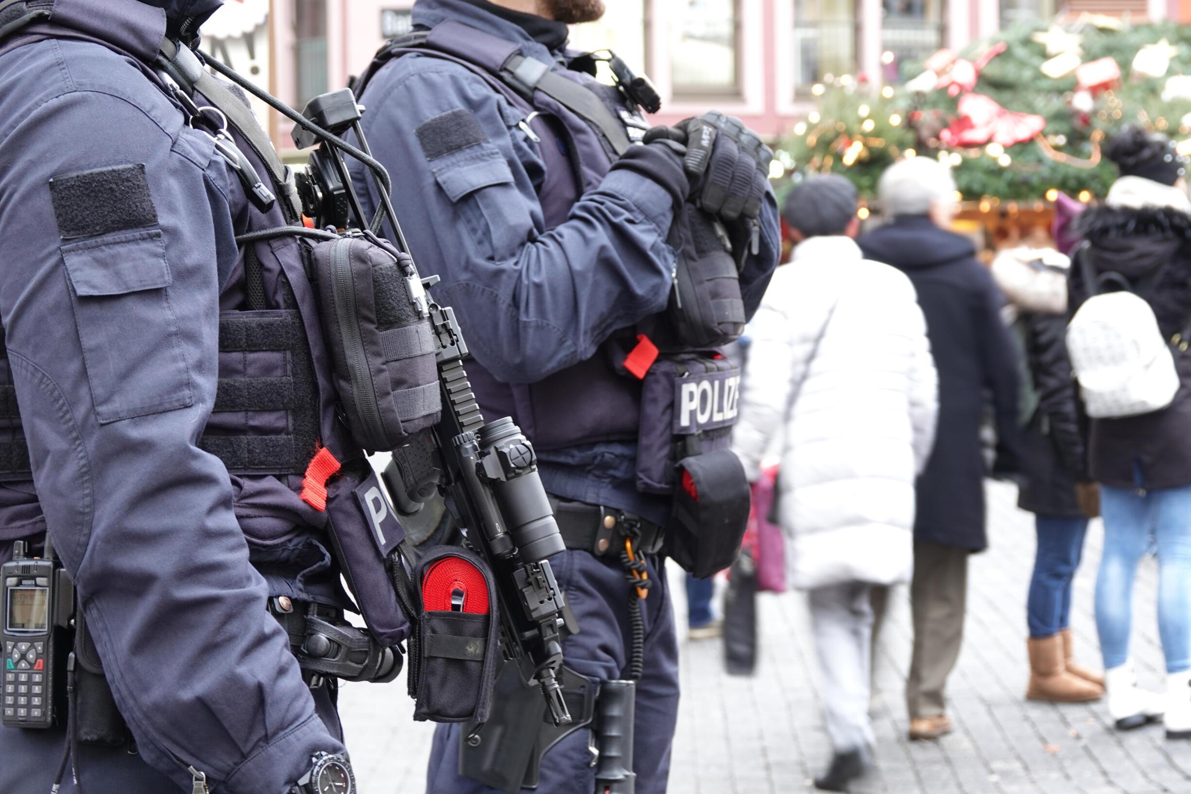 Cảnh sát Đức đứng canh gác tại chợ Noel ở Stuttgart, ngày 13/12/2018, sau khi xảy ra vụ tấn công ở Strasbourg, Pháp.