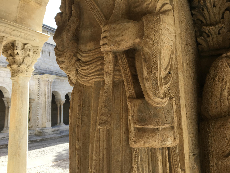 Besace du pèlerin au 12è siècle. Cloître Saint-Trophime.