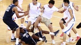 中美篮球友谊赛中国选手踢打美国选手(2011年8月18日)