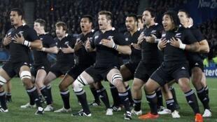 Сборная Новой Зеландии исполняет ритуальный танец Haka