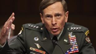 Tướng David Petraeus trong một cuộc điều trần tại Tiểu ban Tình báo Thượng viện Hoa Kỳ (ảnh chụp ngày 23/06/2011)