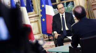 François Hollande a répondu aux questions de Christophe Boisbouvier pour RFI, Roselyne Febvre pour France 24, et Xavier Lambrechts de TV5 Monde, le 27 novembre 2014.