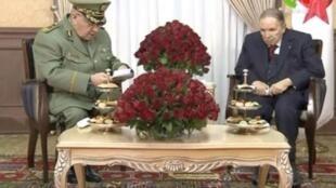 阿尔及利亚陆军参谋长与布特弗利卡总统资料图片